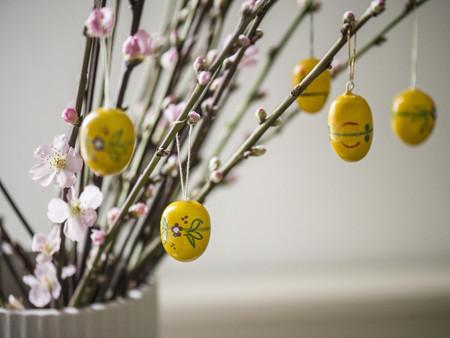Billede af grene pyntet med gule påskeæg